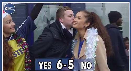 Quên thù, CĐV Tottenham hôn say đắm fan Chelsea - 5
