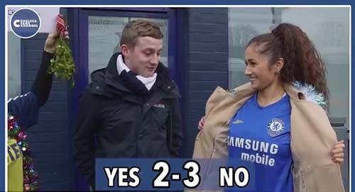 Quên thù, CĐV Tottenham hôn say đắm fan Chelsea - 3