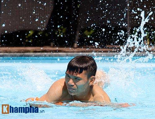 Công Phượng & đồng đội khoe cơ bắp ở bể bơi - 3