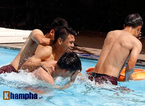 Công Phượng & đồng đội khoe cơ bắp ở bể bơi - 10