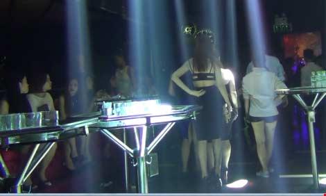 Hàng chục dân chơi phê ma túy trong vũ trường chui - 1