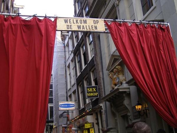 Bí mật bên trong 4 khu phố đèn đỏ đình đám nhất châu Âu - 1