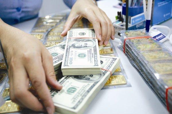 Chênh lệch giá mua-bán USD nới rộng, vàng phục hồi - 1