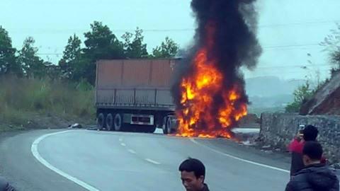 Container bốc cháy sau vụ tai nạn 2 người chết - 1