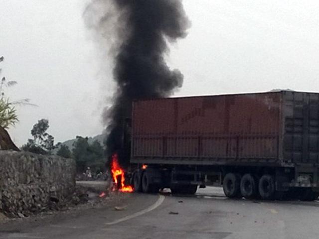Container bốc cháy sau vụ tai nạn 2 người chết - 2