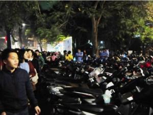Thị trường - Tiêu dùng - Hà Nội: Giá vé gửi xe máy tăng 10 lần trong đêm Noel