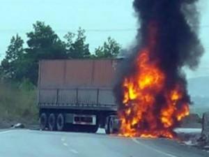 Tin tức trong ngày - Container bốc cháy sau vụ tai nạn 2 người chết