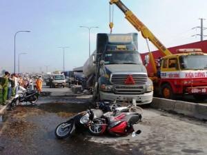 Xe chở gas tông 7 xe máy, nạn nhân nằm la liệt