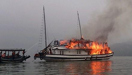 Cháy tàu du lịch trên vịnh Hạ Long - 1