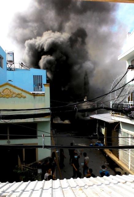 TP.HCM: Cháy lớn, thiêu rụi cơ sở cơ khí cùng một cửa hàng - 1