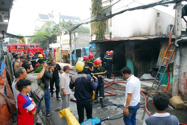 TP.HCM: Cháy lớn, thiêu rụi cơ sở cơ khí cùng một cửa hàng - 2