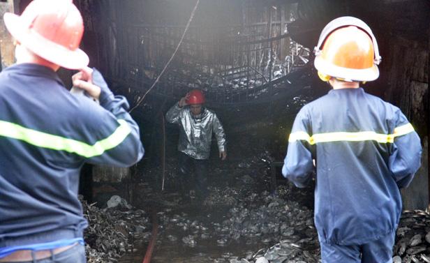 TP.HCM: Cháy lớn, thiêu rụi cơ sở cơ khí cùng một cửa hàng - 4
