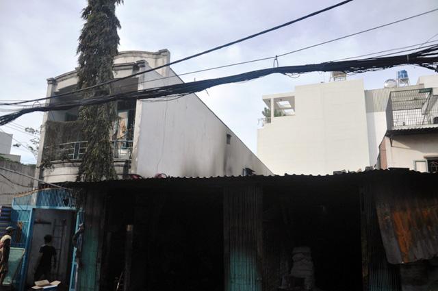 TP.HCM: Cháy lớn, thiêu rụi cơ sở cơ khí cùng một cửa hàng - 8