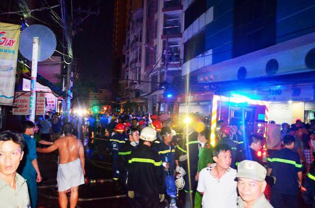 Giải cứu 5 người mắc kẹt trong căn nhà cháy - 1