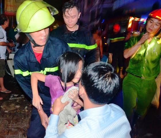 Giải cứu 5 người mắc kẹt trong căn nhà cháy - 2