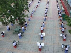 Tin tức trong ngày - Lạ lùng ngôi trường tổ chức thi học kỳ giữa sân trường