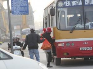 Tin tức trong ngày - Ảnh: Khổ như chờ xe buýt cạnh công trường ở HN