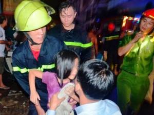 Tin tức trong ngày - Giải cứu 5 người mắc kẹt trong căn nhà cháy