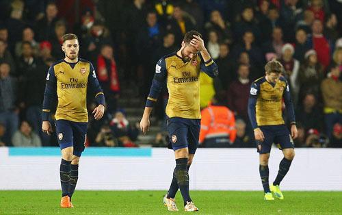 """Arsenal bị """"nhấn chìm"""": """"Sập hầm"""" vì tự mãn - 2"""