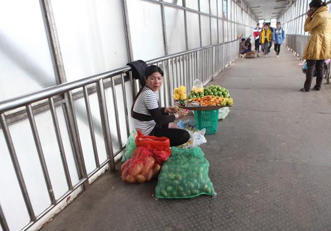 """Ảnh: Lôm côm chợ """"cóc"""" trên cầu vượt văn minh của Thủ đô - 3"""