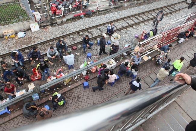 """Ảnh: Lôm côm chợ """"cóc"""" trên cầu vượt văn minh của Thủ đô - 10"""