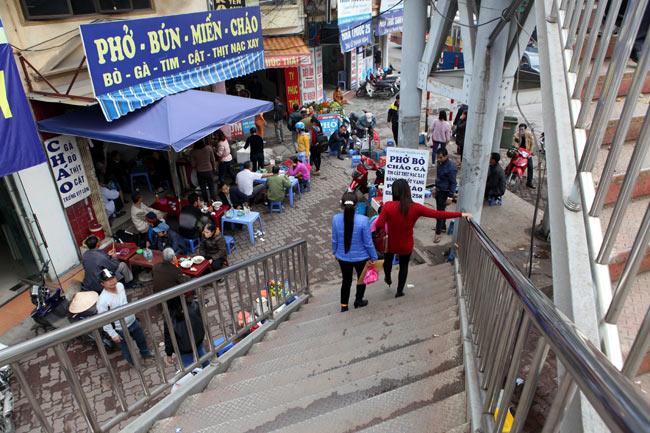 """Ảnh: Lôm côm chợ """"cóc"""" trên cầu vượt văn minh của Thủ đô - 7"""