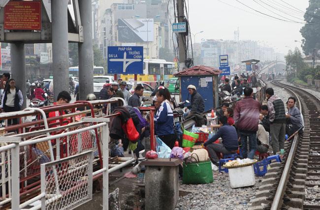 """Ảnh: Lôm côm chợ """"cóc"""" trên cầu vượt văn minh của Thủ đô - 11"""