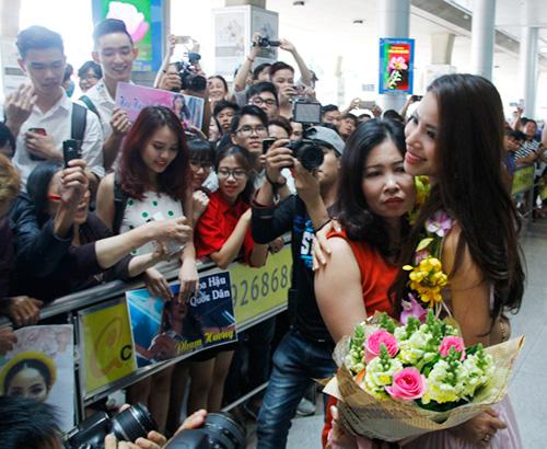 Hoa hậu Phạm Hương òa khóc hạnh phúc trong vòng tay mẹ - 6