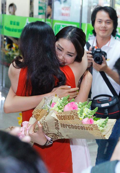 Hoa hậu Phạm Hương òa khóc hạnh phúc trong vòng tay mẹ - 5