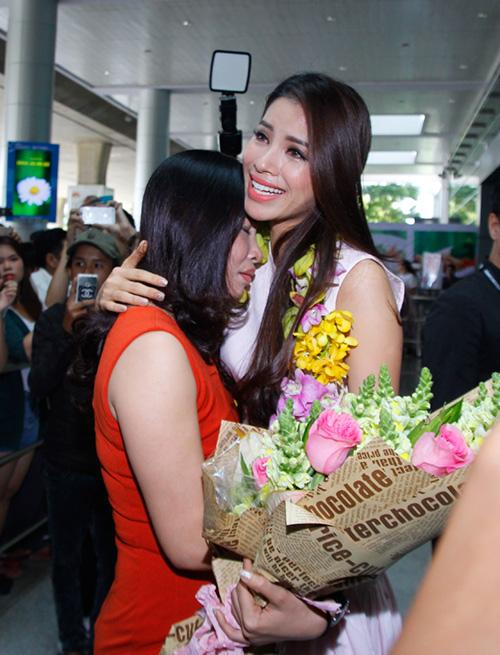 Hoa hậu Phạm Hương òa khóc hạnh phúc trong vòng tay mẹ - 7