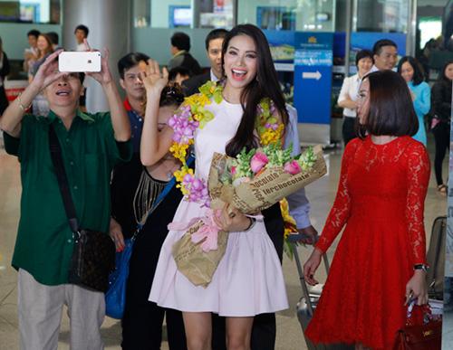 Hoa hậu Phạm Hương òa khóc hạnh phúc trong vòng tay mẹ - 4