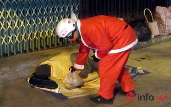 Cảm động hình ảnh những ông già Noel đi phát quà muộn - 1