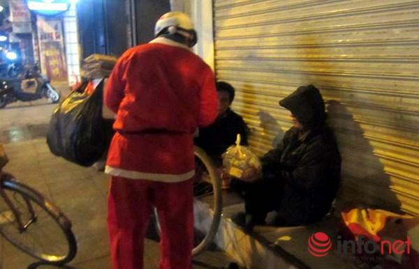 Cảm động hình ảnh những ông già Noel đi phát quà muộn - 3
