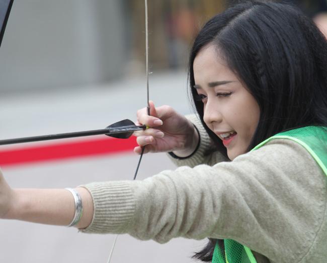 Ngắm nữ sinh Hà thành 'cưỡi' mô tô bắn cung - 7