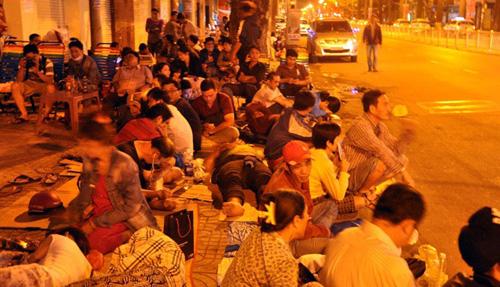 Ảnh: Ngủ vỉa hè chờ tiêm vắc xin cho con ở Sài Gòn - 1
