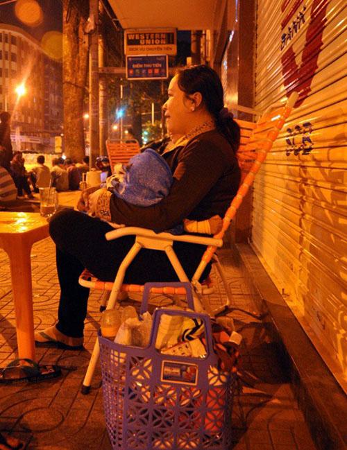 Ảnh: Ngủ vỉa hè chờ tiêm vắc xin cho con ở Sài Gòn - 8