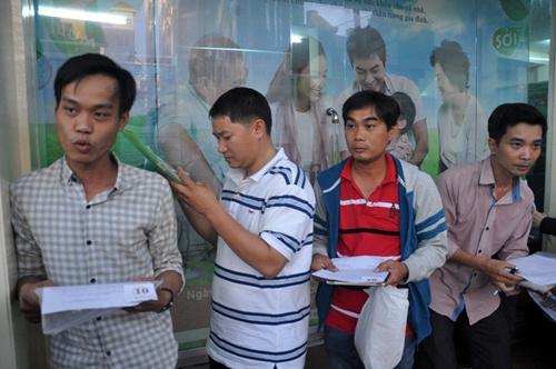 Ảnh: Ngủ vỉa hè chờ tiêm vắc xin cho con ở Sài Gòn - 11