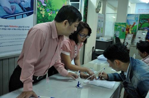 Ảnh: Ngủ vỉa hè chờ tiêm vắc xin cho con ở Sài Gòn - 14