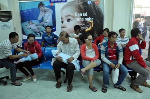 Ảnh: Ngủ vỉa hè chờ tiêm vắc xin cho con ở Sài Gòn - 15