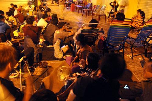 Ảnh: Ngủ vỉa hè chờ tiêm vắc xin cho con ở Sài Gòn - 2