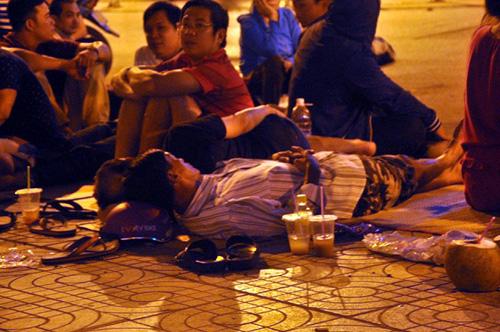 Ảnh: Ngủ vỉa hè chờ tiêm vắc xin cho con ở Sài Gòn - 3