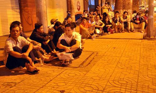 Ảnh: Ngủ vỉa hè chờ tiêm vắc xin cho con ở Sài Gòn - 4
