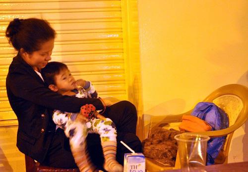 Ảnh: Ngủ vỉa hè chờ tiêm vắc xin cho con ở Sài Gòn - 6
