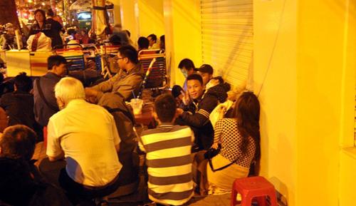 Ảnh: Ngủ vỉa hè chờ tiêm vắc xin cho con ở Sài Gòn - 7