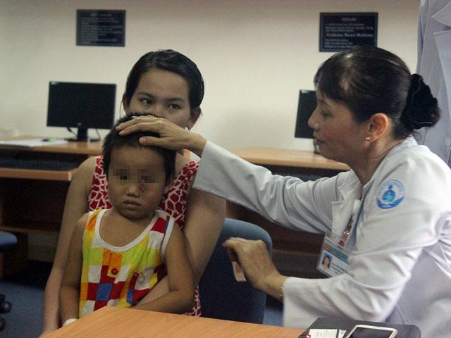 Bé 4 tuổi phải mổ mắt 3 lần vì dị vật di chuyển - 1