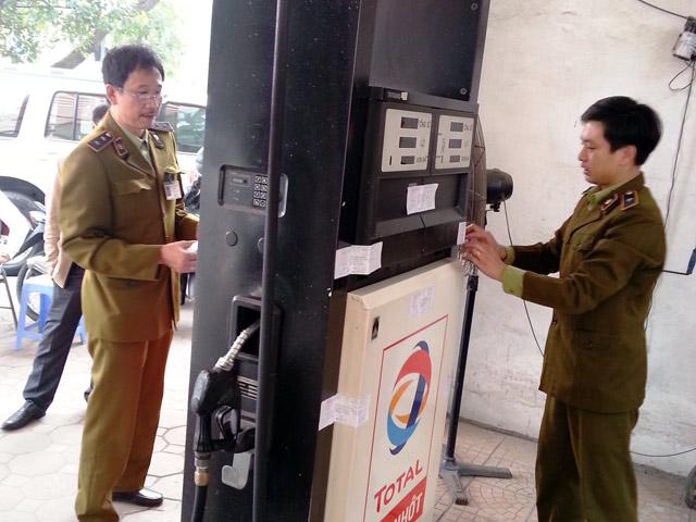 Hai cây xăng gắn chip gian lận ở Hà Nội: Khởi tố vụ án - 1