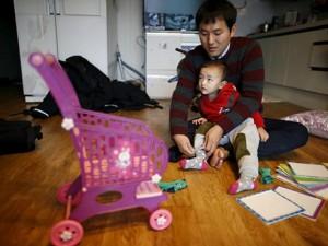 Bạn trẻ - Cuộc sống - Clip: Những ông bố bỏ việc ở nhà chăm con tại Hàn Quốc