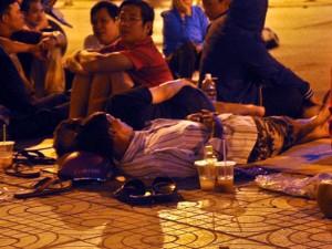 Tin tức trong ngày - Ảnh: Ngủ vỉa hè chờ tiêm vắc xin cho con ở Sài Gòn