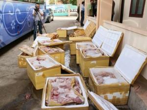Thị trường - Tiêu dùng - Bắt xe khách chở hơn 1 tấn thịt thối