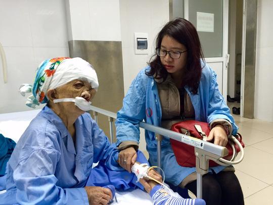 Cắt khối u khổng lồ trên mặt người phụ nữ sau 27 năm - 3